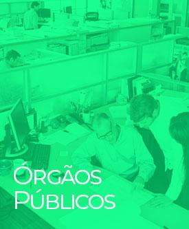 Escritório com pessoas trabalhando em suas mesas
