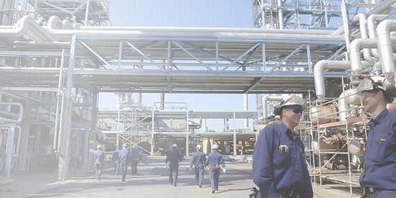 Foto de uma usina e trabalhadores