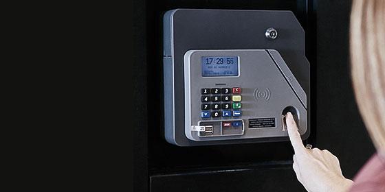 Foto de uma pessoa utilizando a maquininha de ponto biométrico