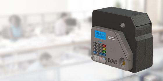 Foto de uma maquininha de ponto biométrico