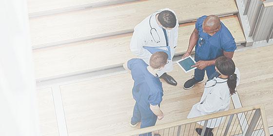 Médicos observando um tablet