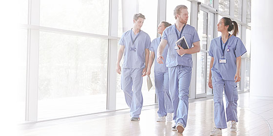 medicos caminhando pelo corredor